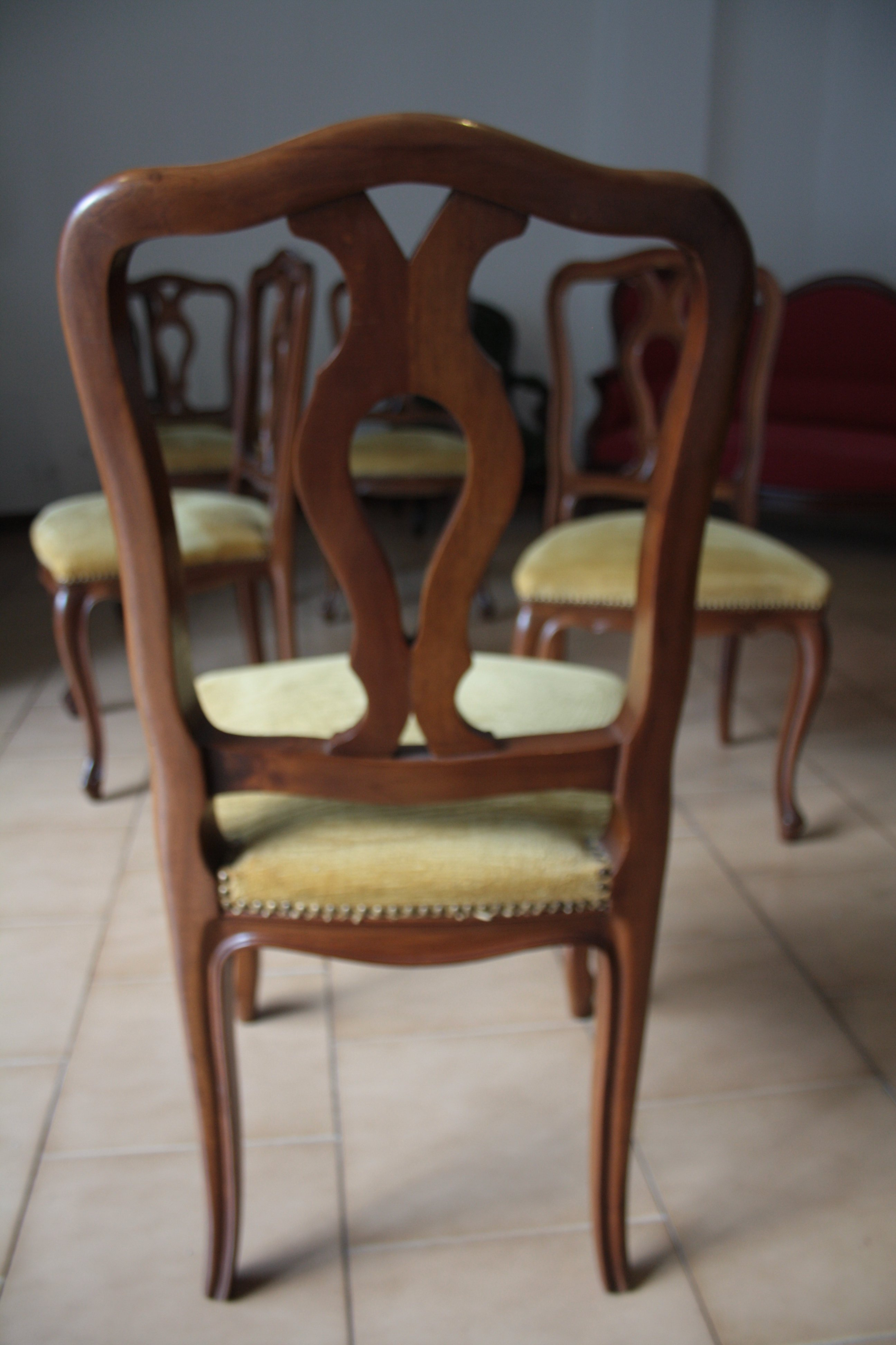 Seis sillas de madera de nogal