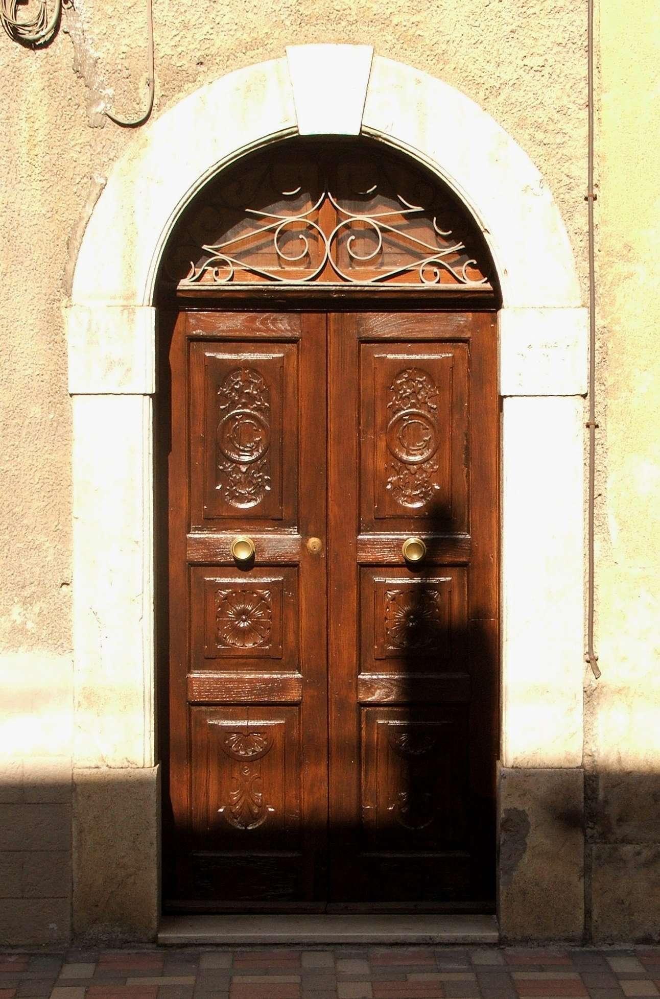 Restauraci n de una puerta de madera de casta o 1932 conservaci n y - Puertas de castano ...